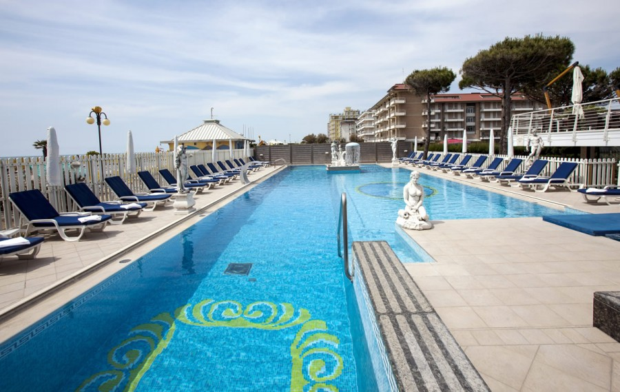 Hotel con piscina jesolo for Mare o piscina